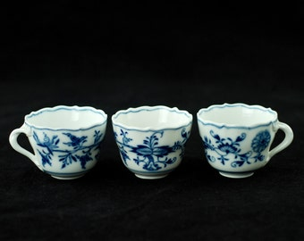 """Antique Meissen """"Blue Onion"""" Neuer Ausschnitt Scalloped Demitasse Cups - Crossed Swords Mark"""