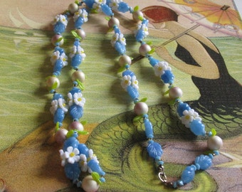 Vintage Plastic Blue and White Flower Necklace