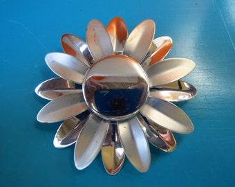 Vintage 1960s Retro MOD Groovy Flower Power Enamel Brooch Pin Metal Silver Daisy