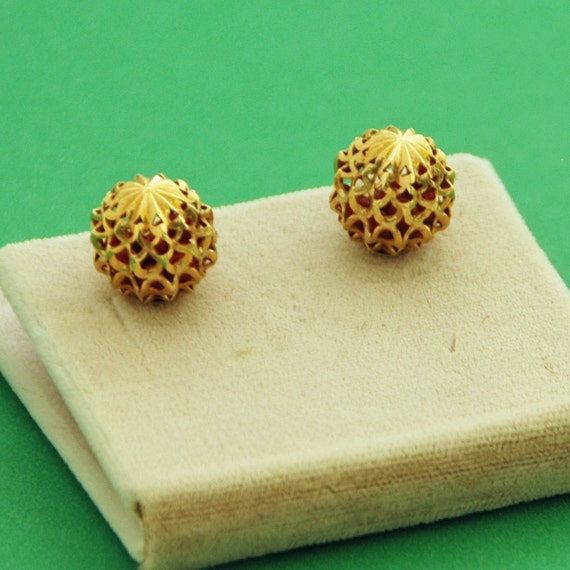 Vintage 14K YELLOW GOLD FILIGREE 10mm Earrings with Coral Ball insert, for pierced Ears, Italy, Excellent Condition