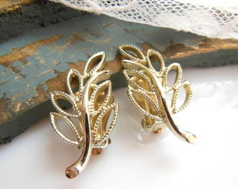Vintage Signed Emmons Gold Tone Openwork Filigree Leaf Design Clip On Earrings