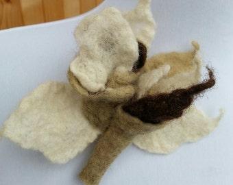 Brooch, FLOWER, pin, hair clip, felted, leaf green, natural white, brown wool, handmade, hat, scarf, bag flower adornment, original ornament