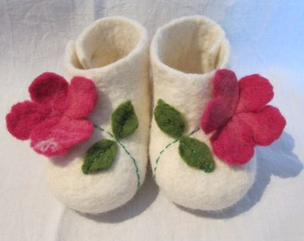 Felt baby booties with pink flower