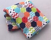 Hexagone moderne lumineux flanelle Baby Blanket, couleurs primaires - rouge, bleu 36 « x 40 »