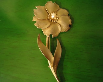 Vintage Matte Gold Flower Pendant with Pearl