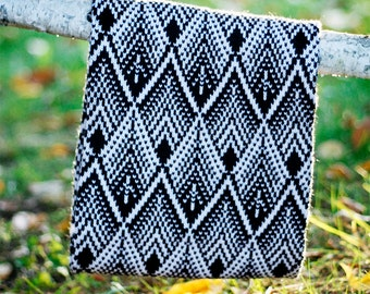 Knit round scarf with a geometric pattern in black and white, merino wool