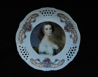Vintage Plate: Small decorative plate