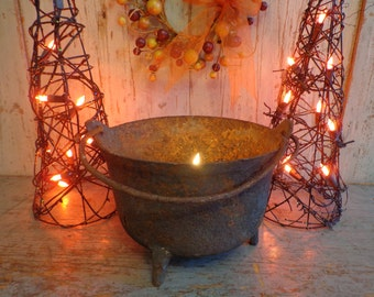 Antique Cast Iron Black Cauldron Footed Pot Kettle / Witch's CAULDRON / Halloween Decoration / Wiccan Spells / Magickal Witchcraft / Samhain