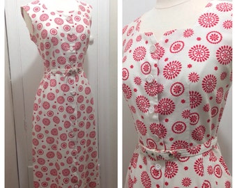 "Vintage 1950s Wiggle Day Dress / Red Folk Art Print / 27.5"" Waist"