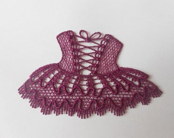Applique dress lace of 7.7 x 4.8 cm.