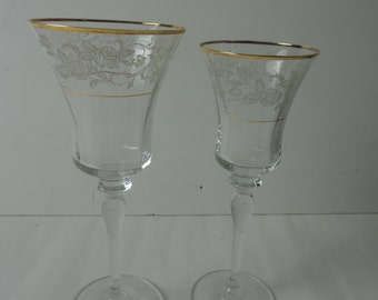 Vintage His and Her Champagne Wedding Glasses Rustic Wedding Glassware Gold Rimmed Wine Glasses with White Flowers Wedding Glassware