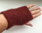 Fingerless gloves knitted with pure 2-ply QIVIUT