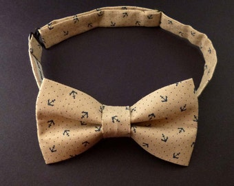 Mens bow tie ocean print – sandy beige with dark navy anchors print cotton – beach theme wedding grooms bowtie - nautical mans bow tie