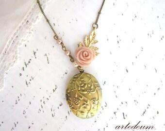 Locket Necklace Leaf Flower Pink Rose Gift for Her Antique Gold Oval brass Floral locket Pearls Gold Beige and Dusty Pink Vintage locket