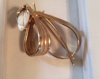 Gold toned brooch 1-1/2 in