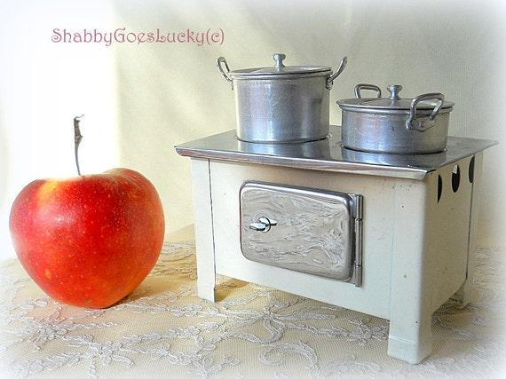 Petite cuisine de poup e ancienne cuisini re en tain 2 pots for Meuble de cuisine allemand