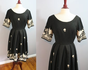 1950's Dress // Embroidered Nature Scenes // Medium