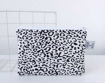 Zipperpouch with black & white leopard print