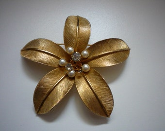 Stunning Vintage Large Floral Faux Pearl Clear Rhinestone Gold Tone Brooch Pin