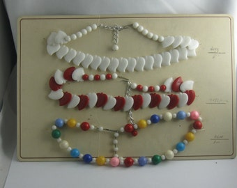 50s / 60s jewelry sample card with 3 plastic chains. Fashion jewelery. Collectible. VINTAGE