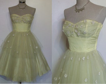 """Adorable 1950s strapless tulle prom dress w/ daisy appliques bust 32"""" petite"""