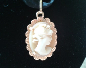 Lovely small pendant, 18 k gold, adorned with a cam shell.