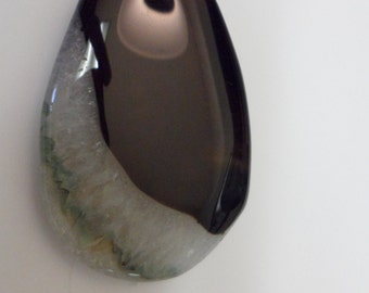 Large Druzy Geode Agate Pendant Bead  Black & White with green streak  0915848