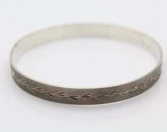 Stunning Vintage Sterling Silver Mid Century Engraved Leaves Bangle Bracelet. [5268]