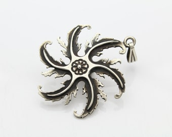 Vintage Sterling Silver Ninja Throwing Star Lotus Center Pendant. [5307]