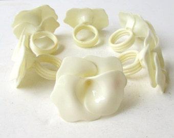 Set of 6 Vintage White Plastic Flower Napkin Rings - Delicate Floral Desing - Linen White -