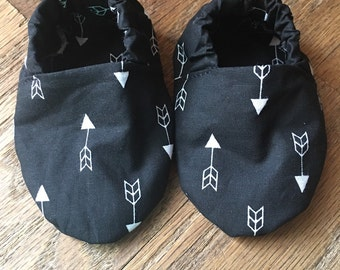 Black and white crib shoes with arrows