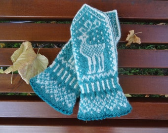 Handknitted mittens with reindeer