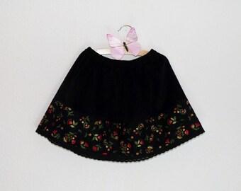 Jupe fille hiver en velours côtelé noir et fleurs rouges dans un style slave, russe, bohême. Taille 2, 4, 6 ou 8 ans