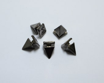 20pcs Pyramid Spikes in Gun Metal, Punk, Gothic, Studs. Great Supplies for Bracelets or Other DIY Projects #SD-S7835
