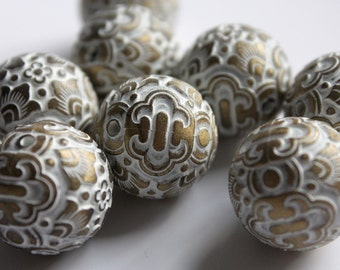 large round beads with white and gold arabesque pattern. 18mm patterned beads. wholesale beads. FREE UK P+P