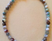 Single strand necklace with mixed agate