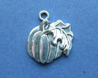 5 Pumpkin Charms - Pumpkin Pendants - Halloween Charm - Thanksgiving Charm - Fall Charm - Antique Silver - 21mm x 18mm --(No.5-10609)