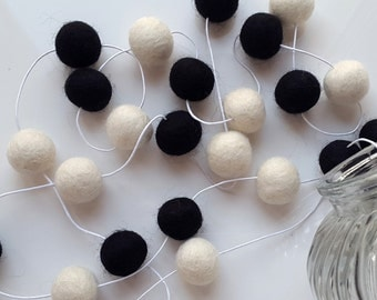 Black and white garland, black and white, felt ball garland, black and white decoration, black white gift, nursery decoartion, monochrome