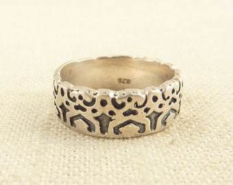 SALE ---- Size 8 Vintage Sterling Scalloped Band Ring with Carved Symbols