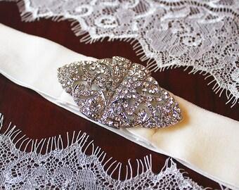 Katherine Bridal Belt, Ivory Bridal Belt, Bridal Velvet Sash Belt, Victorian Bridal Brooch Belt, Velvet Ribbon with Elegant Crystal Buckle