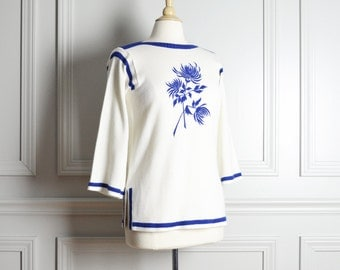 SALE // Sweater / White Blue Embroidered Flowers Boat Neck Bell Sleeves / Boho Chic Mod / 70s Vintage / Large L