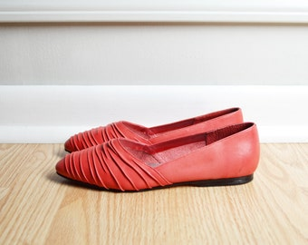 SALE / Shoes Flats Skimmer / Red Leather / Rushed Pointed Toe / Rocker / 80s Vintage / Size 6.5 Euro 37
