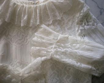 Vintage 60s MOD WHITE LACE Blue Trim Shift Wedding/ Fancy Party Dress (m)