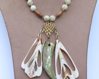 Vintage Hobe Mother of Pearl Shell Pendant Necklace