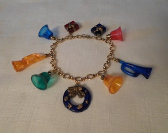 Vintage / CHRISTMAS CHARM BRACELET / Lucite / Plastic / Gold / Bells / Trumpets / Presents / Gifts / Kitsch / Retro / Hipster / Accessory