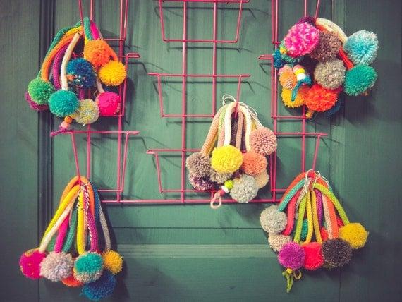 articles similaires guirlande en tricotin avec pompon cadeau de naissance d coration chambre. Black Bedroom Furniture Sets. Home Design Ideas