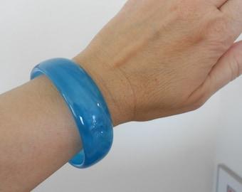 Vintage blue swirl plastic bracelet.  Retro.