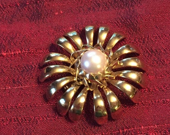 Vintage Pearl and Gold toned Brooch