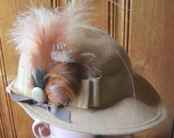 """Tan Wool Felt Hat with Feather - Vintage Doeskin Neutral Ladies' Hat - Formal Winter Hat with Fascinator Decoration on Band - 21"""" Band Small"""