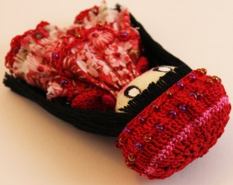 Textile brooch black and red Idi (long hair)